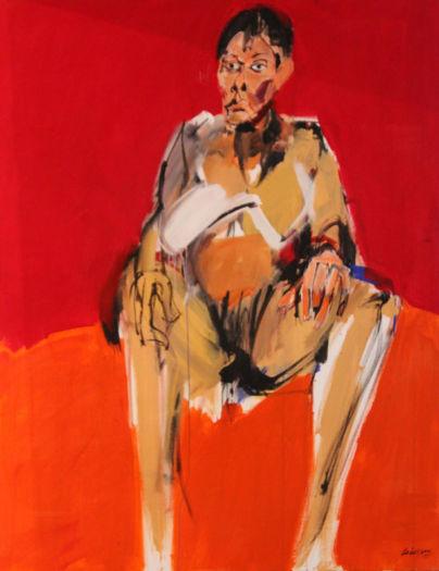 Femme assise sur fond rouge